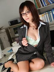 Meet this hot office darling Arisa Suzuki
